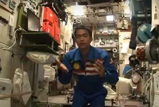 Viral, Video Astronot Muslim Salat di Antariksa