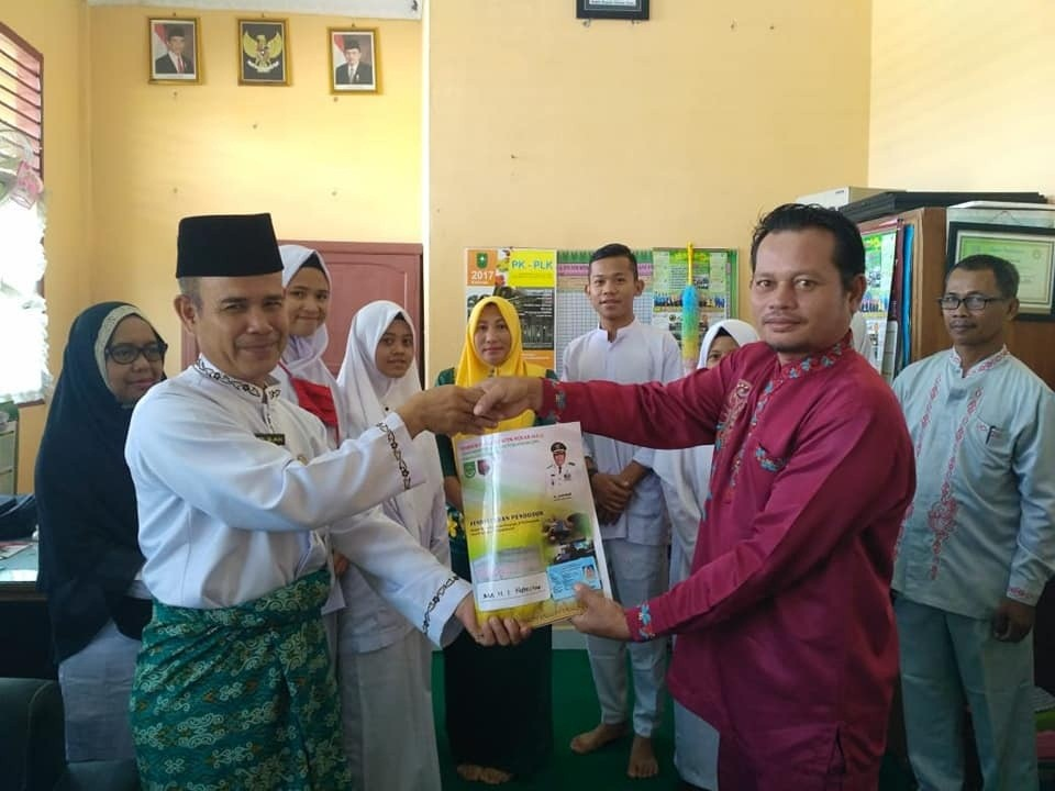 Penyerahan KTP el kepada siswa oleh Ka. UPTD capil Kepenuhan bapak Asril wan arif