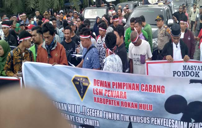 Ratusan Massa KOJOM Demo PKS Era Sawita, Desak Pemerintah Beri Sanksi Hukum