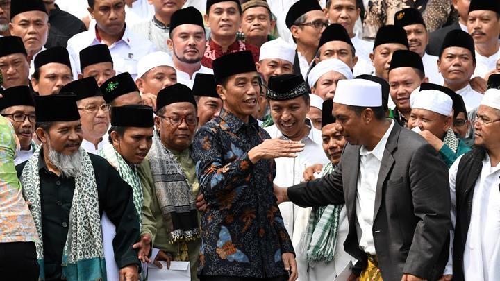 LSI Denny JA Jelaskan Sebab Jokowi Turun di Muslim - Terpelajar